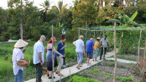 Khách tham quan vườn Cocoland Homestay cùng gia đình