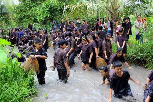 Các bạn nhỏ tham gia trò tát mương bắt cá - Phú An Khang