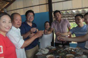Đoàn dùng cơm trưa với người dân