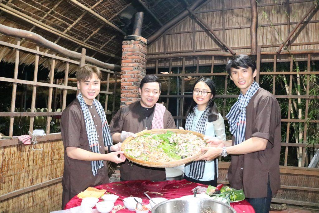 Gia đình Quang Lê làm món gà luột hấp dẫn tại KDL Phú An Khang- Du lịch C2T