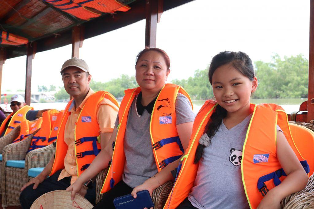 Gia đình ca sĩ nhí Lena Phương Vy trải nghiệm Du lịch C2T - Bến Tre
