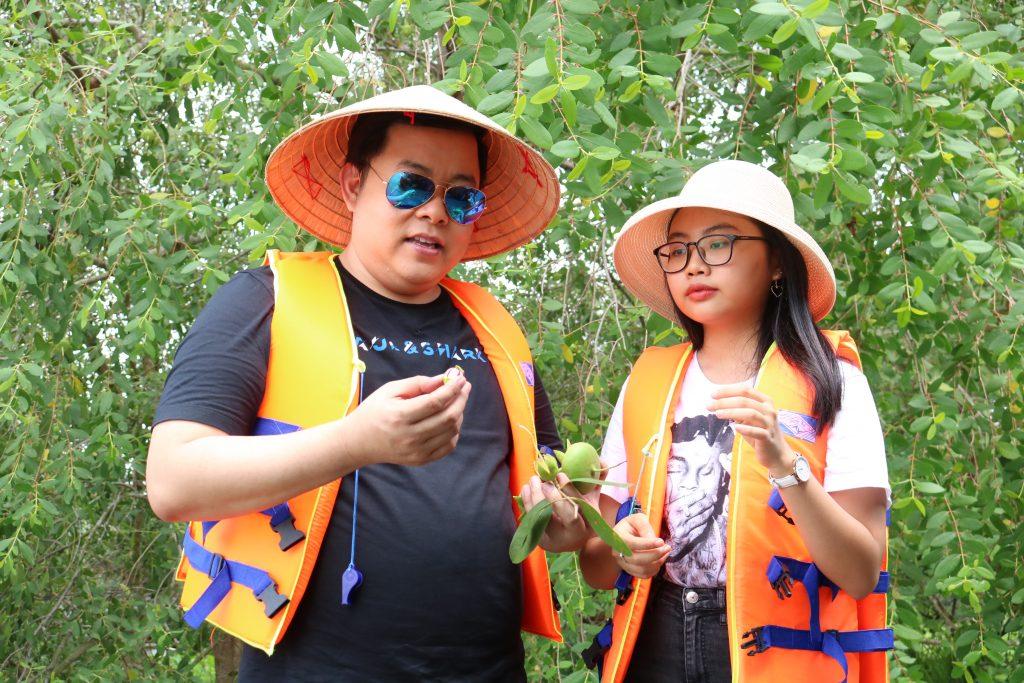 Ca sĩ Quang Lê, Phương Mỹ Chi trải nghiệm hái bần cùng Du lịch C2T - Bến Tre