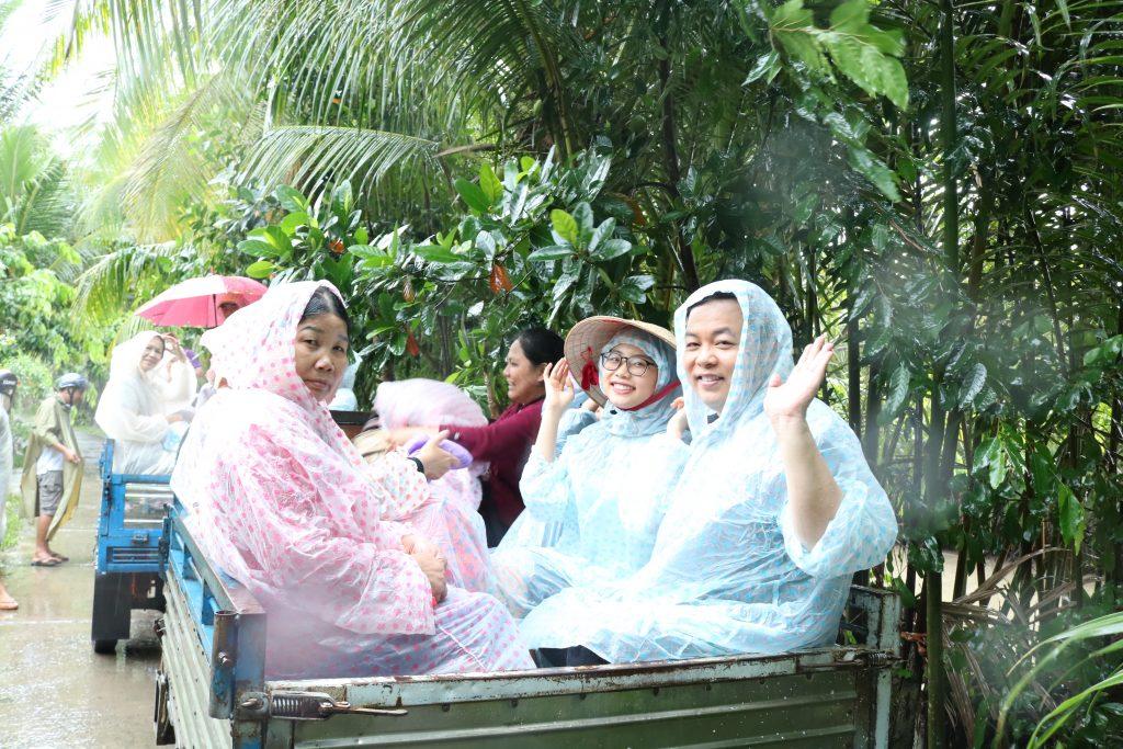Gia đình Quang Lê cùng đi xe lôi thùng ở thành phố Bến Tre- Du lịch C2T