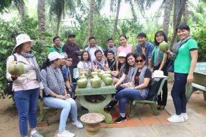 Tham quan và dùng dừa dứa tại vườn nhà cô chú Sáu Điệp