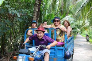 Đoàn đi xe lôi thùng dưới tán dừa xanh - Du lịch C2T
