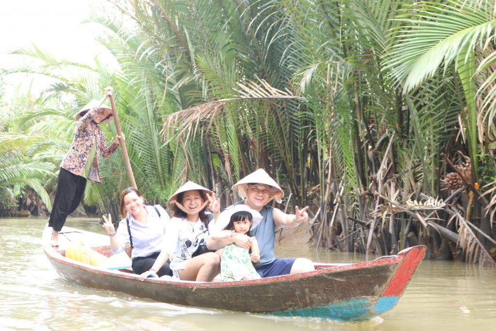 rải nghiệm chèo xuồng trong sông nhỏ- du lịch C2T.