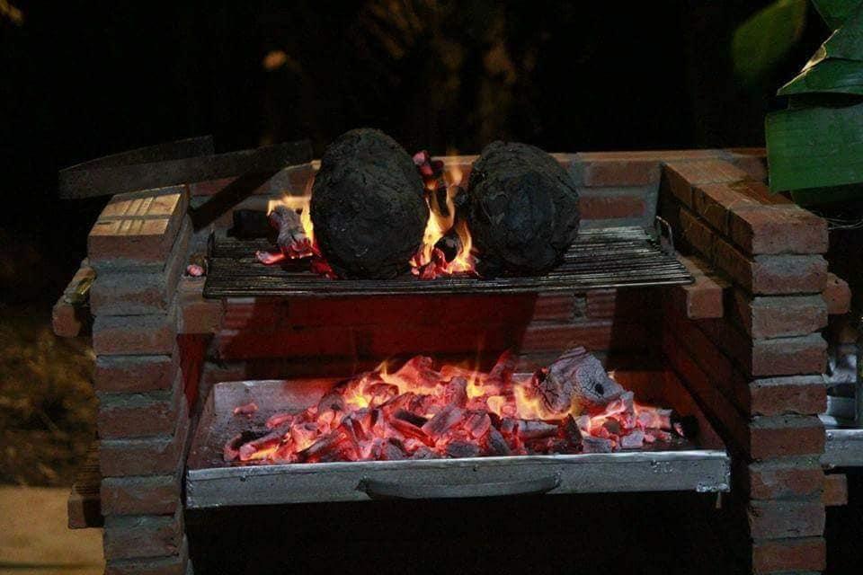 Lò than đỏ lửa bên cặp gà Tre nướng bùn - Du lịch C2T - ẩm thực bến tre