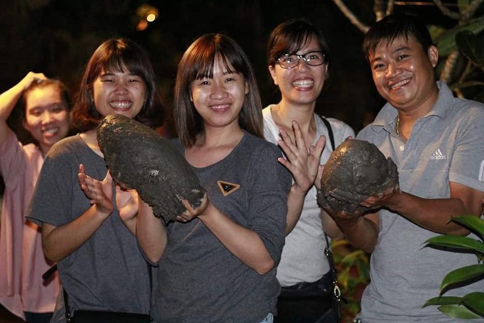 Du khách tự tay làm gà nướng bùn- Du lịch C2T- ẩm thực Bến Tre