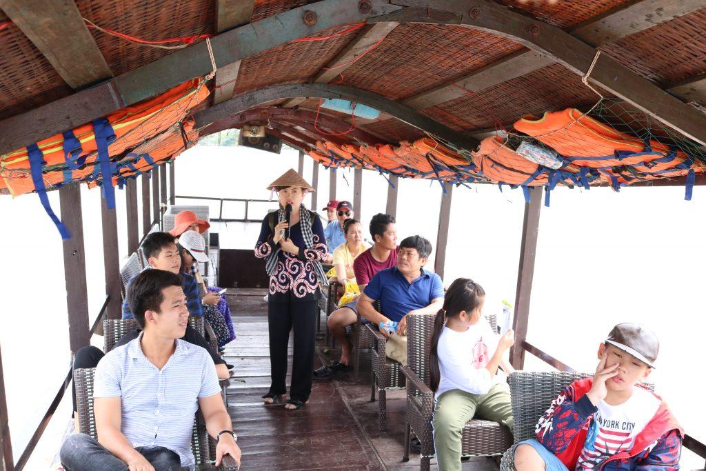 Tiếp tục đi tàu, tham quan rừng dừa nước ven sông- du lịch C2T