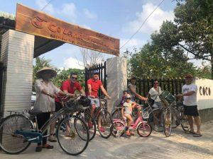 Khách thích thú đi xe đạp quanh Cocoland Homestay
