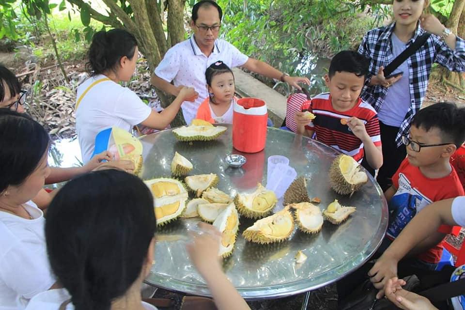 Gia đình dùng sầu riêng tại vườn Bảy Thảo, Chợ Lách- Du lịch C2T
