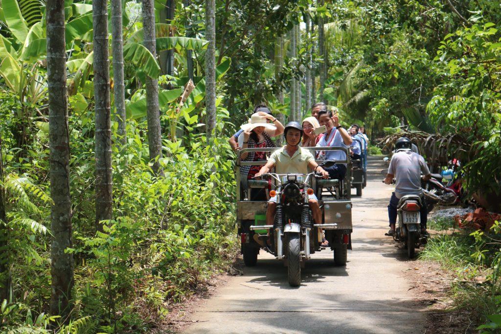 Đi xe lôi thùng trải nghiệm đường quê ngay tại Thành Phố Bến Tre- du lịch C2T.