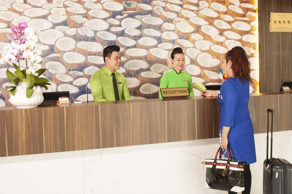 Khách kiểm tra thông tin phòng tại quầy tiếp tân- Ben Tre Riverside Resort
