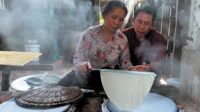 Martin Yan hoc người dân Bến Tre cách làm bánh tráng