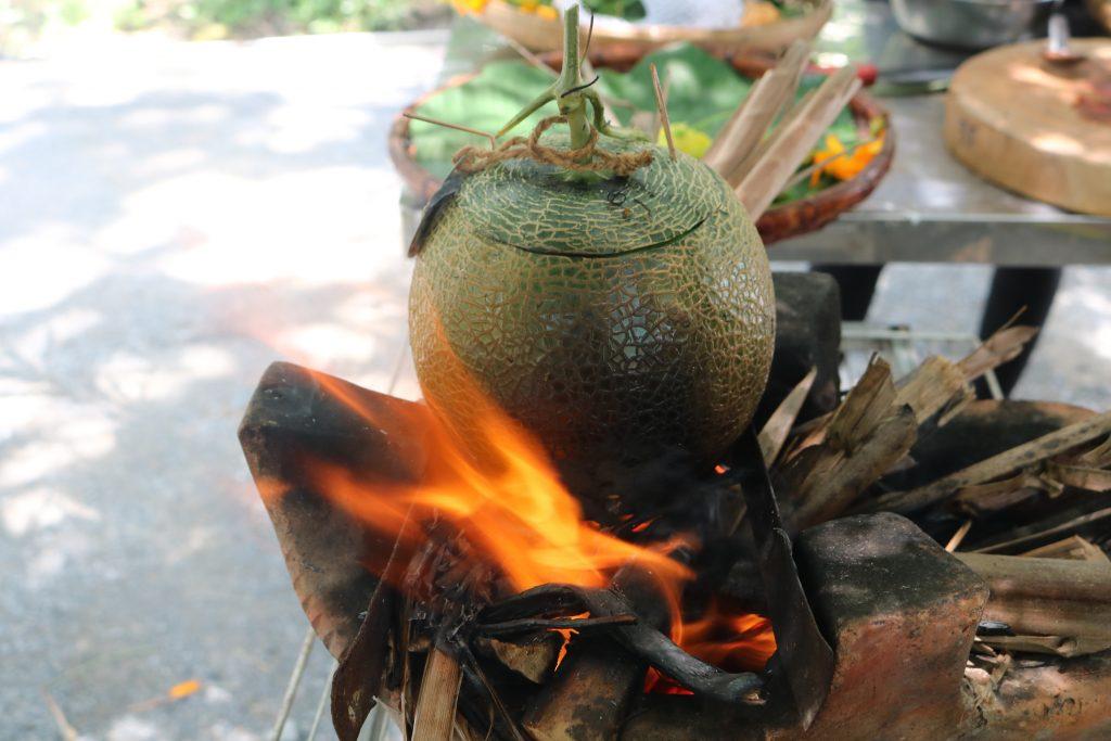 Tôm nướng trong trái dưa lưới tại KDL Phú An Khang