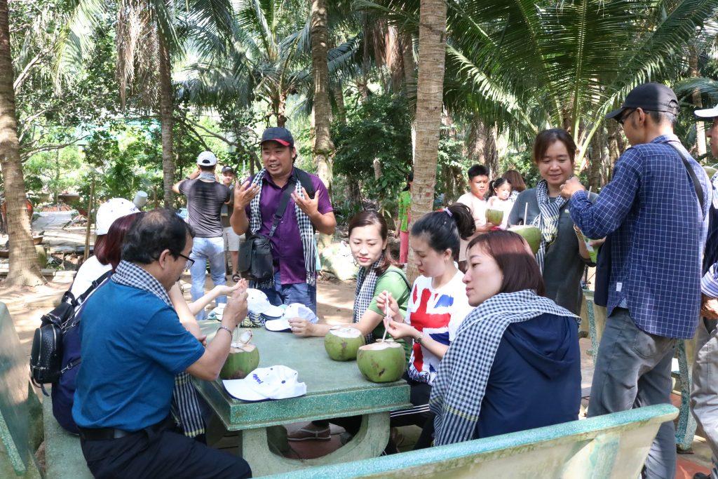 Đoàn dùng nước dừa dứa, mức dừa tại nhà cô chú Sáu Điệp – du lịch C2T