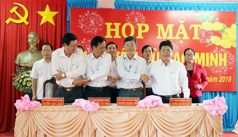 4 huyện khu vực cù lao Minh gồm Chợ Lách, Mỏ Cày Bắc, Mỏ Cày Nam và Thạnh Phú ký kết ghi nhớ phát triển du lịch. Ảnh Thạch Thảo