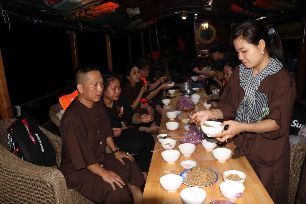 Ăn tối trên tàu trong hành trình tour Đồng Khởi