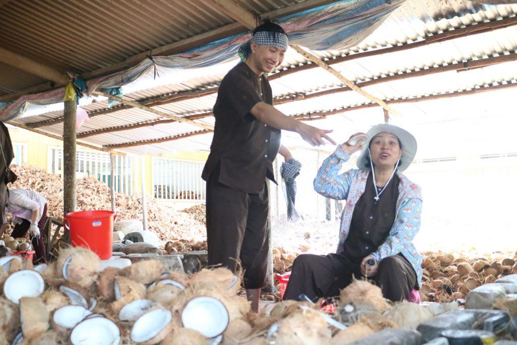 Tour du lịch Đồng Khởi với du khách muốn tự tay cạy dừa