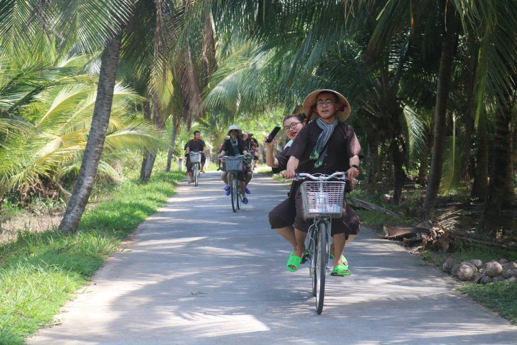 Tour du lịch Đồng Khởi huyện Mỏ Cày Nam đạp xe dưới những hàng dừa