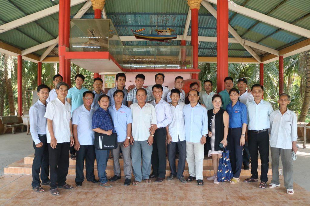 Đoàn chụp ảnh lưu niệm tại Lăng Ông Thủy Tướng